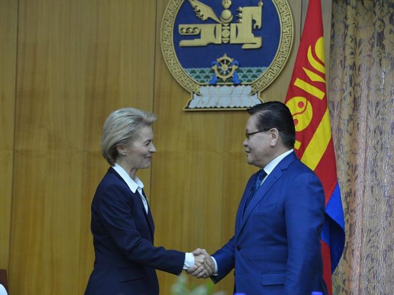 GERMAN MINISTER OF DEFENSE PAYS VISIT TO MONGOLIA